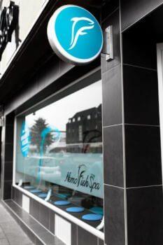 Nemo Fish Spa Köln Schaufenster | Mein Erfahrungsberícht über ein tierisches Pediküre Erlebnis. Fish Spa Peeling - Entspannung für die Füße und Seele