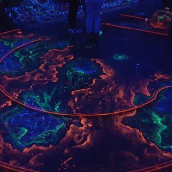 Mein Erfahrungsbericht zur Schwarzlicht Minigolf Anlage Glowing Rooms in Köln Ehrenfeld | Wieso du auch bei Regenwetter megagut Minigolf spielen kannst!