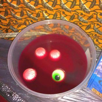 Augen in Früchtebowle für Halloween Party | Gruselige Tipps & schaurige Ideen für deine Halloween Party